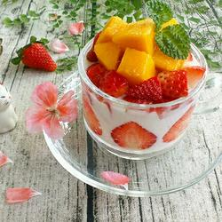 芒果草莓酸奶杯