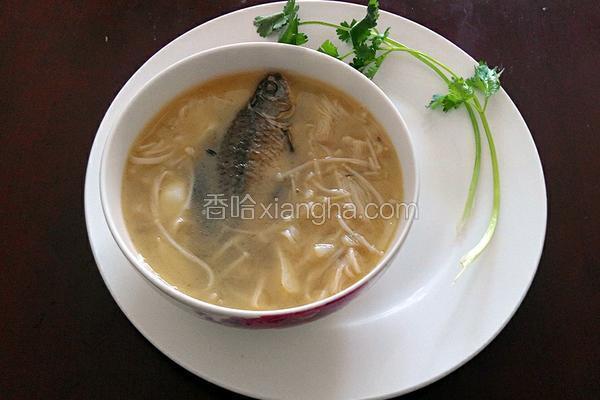 金针菇煮鲫鱼