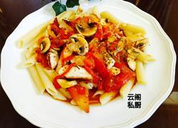 鸡脯肉蘑菇红酱意大利斜管面