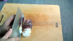 腊肉蚕豆米炒韭菜的做法图解1