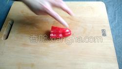 腊肉蚕豆米炒韭菜的做法图解6