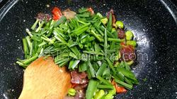 腊肉蚕豆米炒韭菜的做法图解12