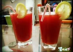 悠闲自制西瓜汁