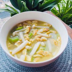 金黄鲜美的丝瓜鸡蛋菌菇汤,简单又低脂,全家都喜欢